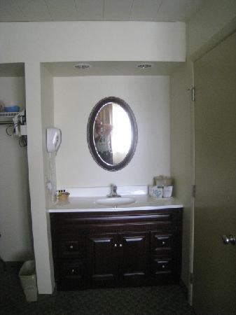 Pine Barn Inn: New Vanity area