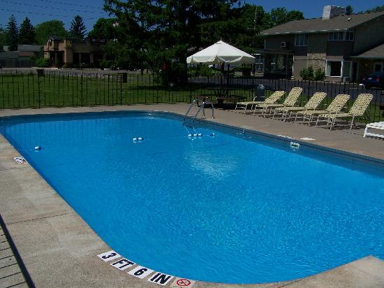 Lake Erie Lodge: Pool area