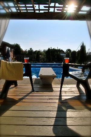 Hoppy's Bed & Breakfast: Iced mint tea and a warm pool......What else could you hope for?