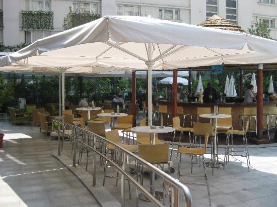 Radisson Blu Hotel Bucharest: pool bar and grill