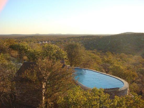 Etosha Safari Lodge: aussicht auf den pool
