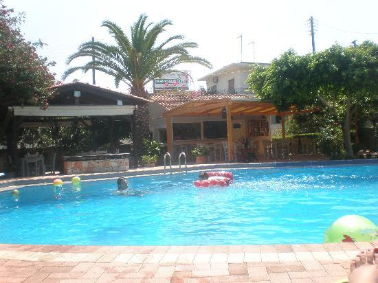 Lefka Apartments: pool & bar