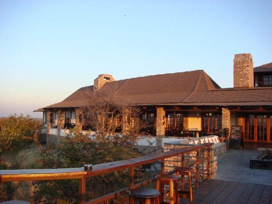 Etosha Safari Lodge: das Haupthaus mit Terasse