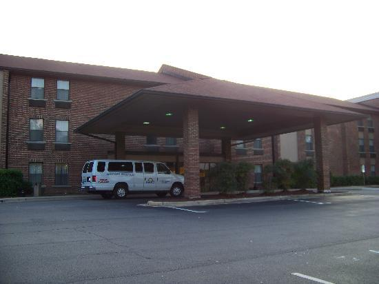 Days Inn Raleigh-Airport-Research Triangle Park: Front Entrance
