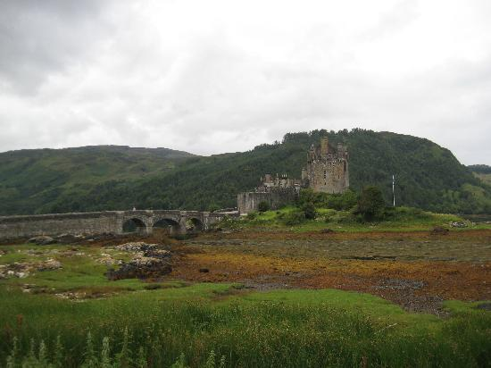 Glomach House & Croft Cottage: The castle along the road!