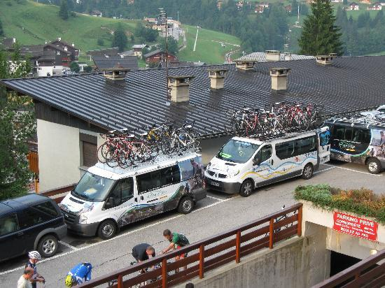 Hotel Carlina: Parking lot with bike tour company vans