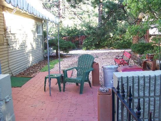 Adobe Inn at Cascade: side yard w/patio, very peaceful!