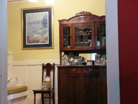 Hidden Oak Inn: Beautiful antiques (foyer)