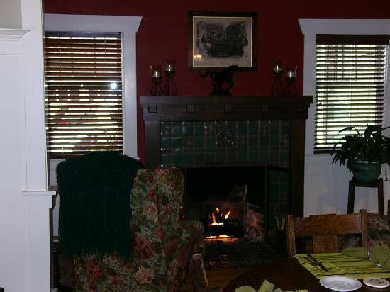 Hidden Oak Inn: Cozy seating by the fire