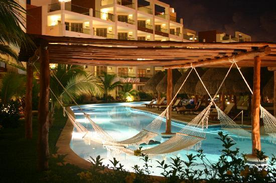 Excellence Playa Mujeres: Pool at night