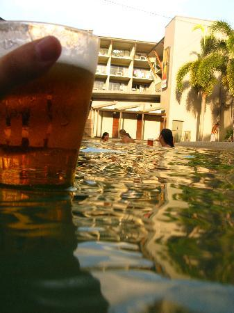 Gilligans Backpackers Hotel & Resort: Beers poolside...