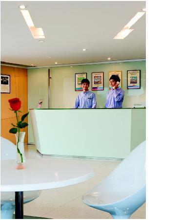 Ibis Hong Kong North Point: Reception desk