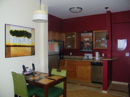 Residence Inn Sebring: King Suite Kitchen/dining area