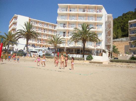 Grupotel Imperio Playa: L'hotel visto dalla spiaggia...