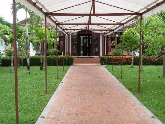 Green Park Boutique Hotel: Covered pathway to the reception area