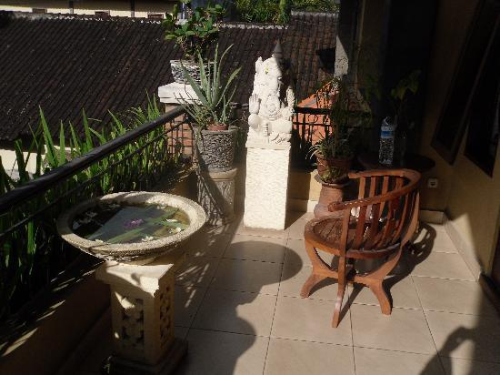 Sehati Guesthouse: terrace with ganesh statue and just one chair ;-)