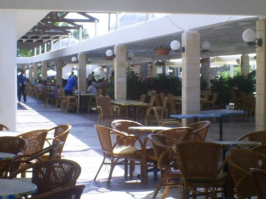 Dome Beach Hotel & Resort: outside eating area