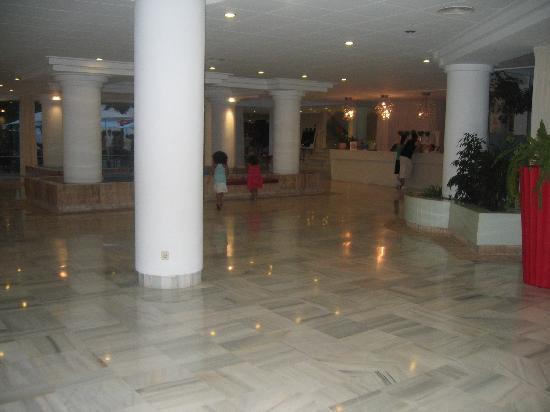 Illot Suites & Spa: Grand hall de l'hôtel