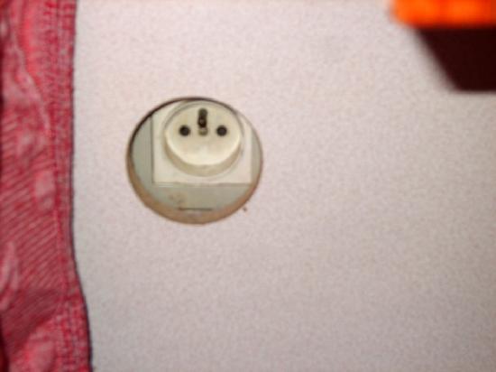 Hotel Colbert : Unique prise électrique de la chambre, inaccessible...