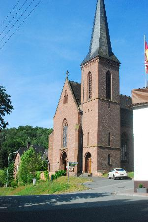 Obernheim, Niemcy: The church towers over the village.