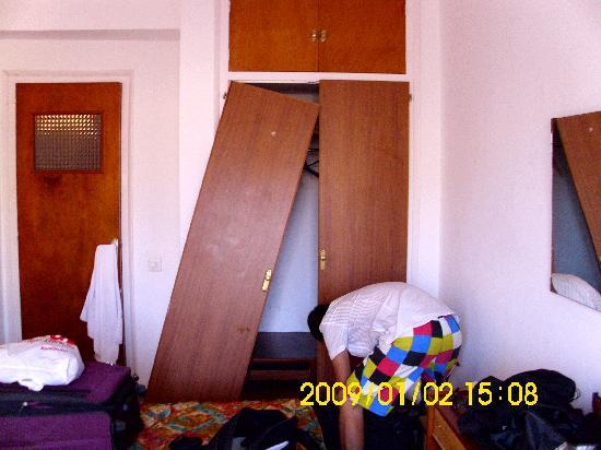 Hotel Perello : Unser Schrank : Zumtung!!!