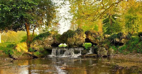 Acquigny, France: La cascade monumentale
