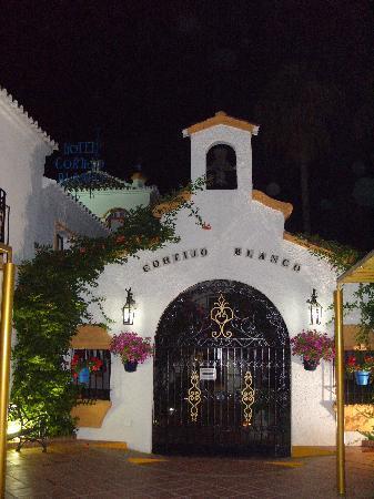Globales Cortijo Blanco Hotel: entrance to hotel