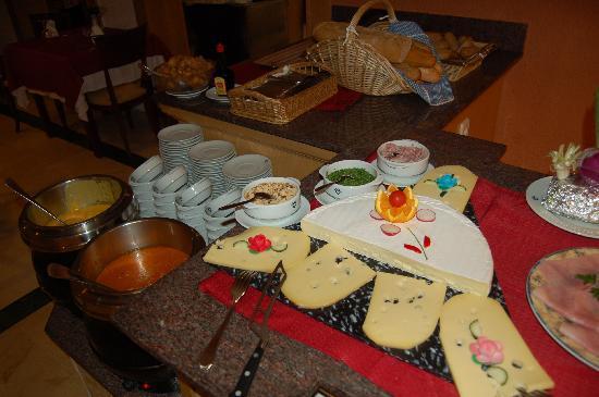 Valentin Paguera Hotel & Aptos: Suppen und Käse Buffet