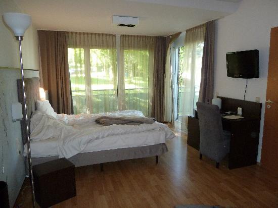 Art Hotel Aachen Superior: Double room with balcony & en-suite