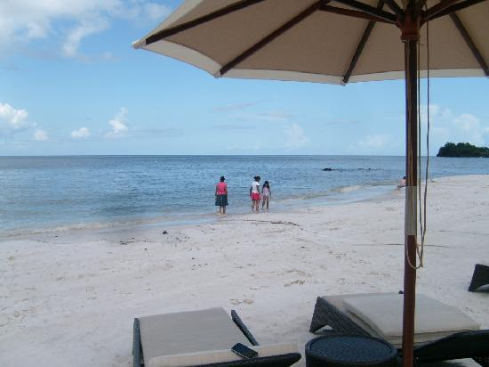 Buccament Bay Resort: strolling on the beautiful white sandy beach of Buccament Bay