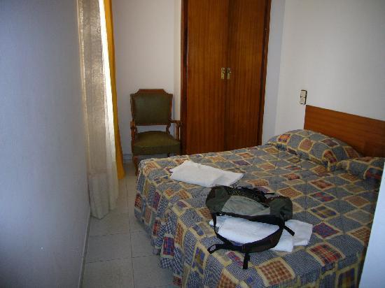 Fonda Lluna : hab 19 con las camas torcidas y camas horribles en cto a comodidad y aspecto