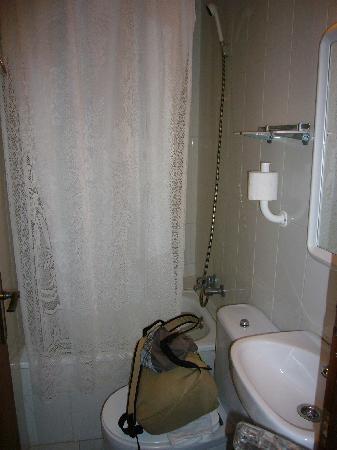 Fonda Lluna : minúsculo cuarto de baño pero limpio