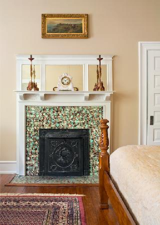 The Columns Bed And Breakfast Inn: Fireplace in Azalea Suite