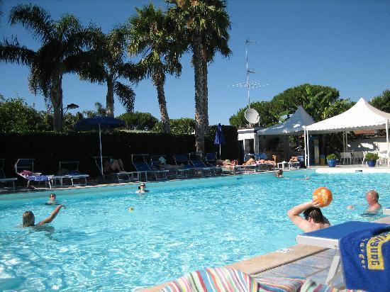 Esperidi Resort: piscina grande ed accogliente