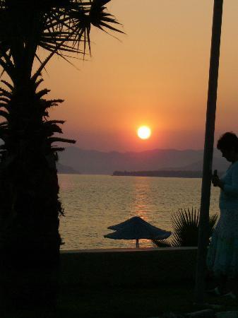 Oykun Hotel: Sunset on Calis Beach