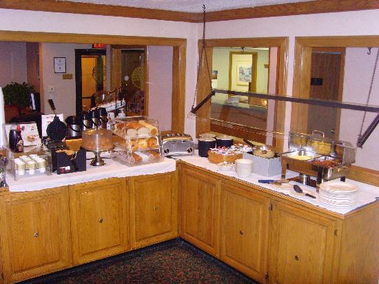 Aspen Ridge Extended Stay: Hawthorn Suites - Hot Breakfast Setup