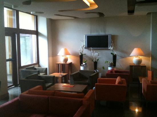https://media-cdn.tripadvisor.com/media/photo-s/01/9f/4d/84/interieur-hotel.jpg