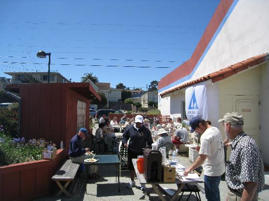HI Monterey Hostel: BBQ area