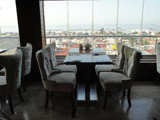 The Q-Inn Hotel Istanbul: Restaurant de L'hotel vue sur le bosphore