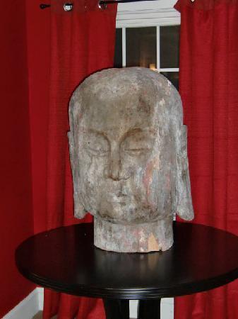 Canalside Inn: A big Buddha head in our hallway