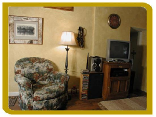 The Cottage At Perry Creek: Cozy living room with Sat TV/DVD and HiFI