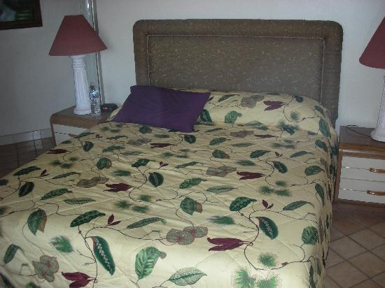 Rosarito Inn, Tower 1, 10th floor - Comfortable, clean bed (purple pillow is mine, not hotel's)