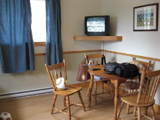 Shining Waters - Ingleside Resort: smaller cottage - eating area and tv