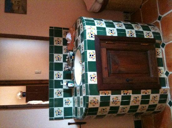 Casa Frida B&B: decoracion rustica talavera en sus baños