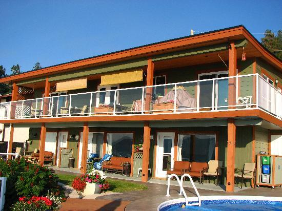 Peachland, Canada: A view of the rooms (lower) and breakfast area (upper)