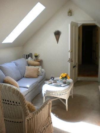 Kelty Estate Bed and Breakfast: The little sitting area in the strawberry suite