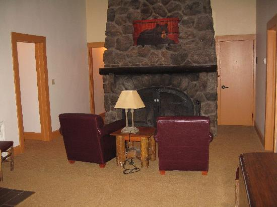 Bear Mountain Inn's Overlook Lodge: living room