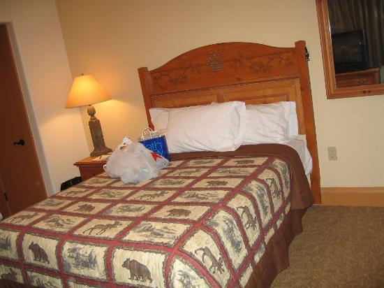 Bear Mountain Inn's Overlook Lodge: queen bed