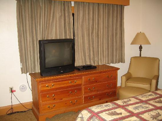 Bear Mountain Inn's Overlook Lodge: dresser/TV/chair