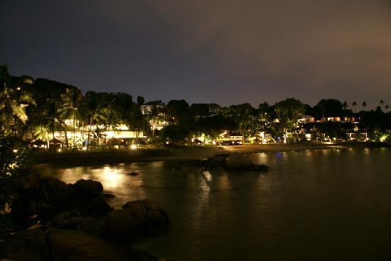 Turi Beach Resort: Blick vom Steg auf die nächtliche Hotelanlage